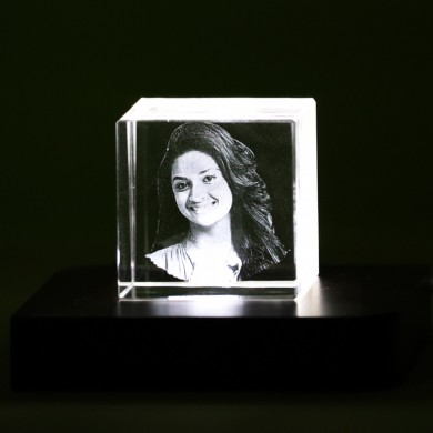 Cubic shaped crystal with 3D photo inside - 50 X 50 X 50 (mm)
